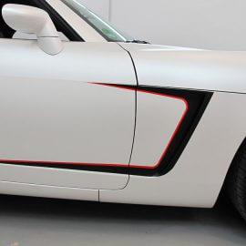 Seitenansicht: Komplettfolierung eines Opel GT mit Perlmutteffekt matt und Racing-Streifen