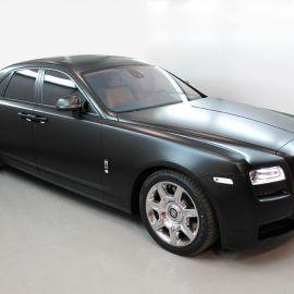 Rolls-Royce Ghost mit matt-schwarzer Komplettfolierung und getönten Fenstern