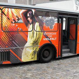 Folien-Vollverklebung mit Digitaldruck und retroreflektierende Folienplots an einem Bus der Münchner KULTFABRIK