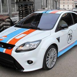 """KFZ-Folienplot im """"Gulf""""-Design an einem Ford Focus RS"""