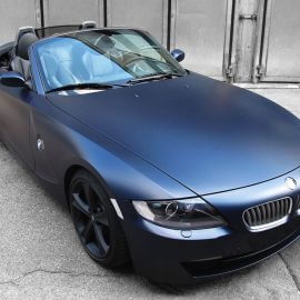 BMW Z4, blau/matt foliert, Felgen schwarz pulverbeschichtet