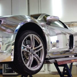 Detail: Audi R8 V8, komplett foliert in Carbonstrukturfolie-graphit und Spiegelfolie-Chrom