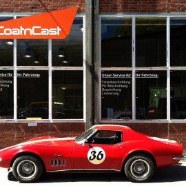 Fertig lackierte und folierte Corvette vor der Coat'n Cast-Werkstatt