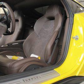 Ferrari F12 Berlinetta, gelb und Carbon-Strukturfolie