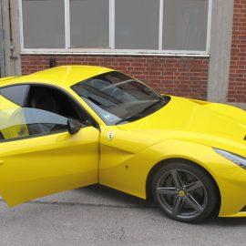 Ferrari F12 Berlinetta, gelb und Carbon-Strukturfolie, Totalansicht