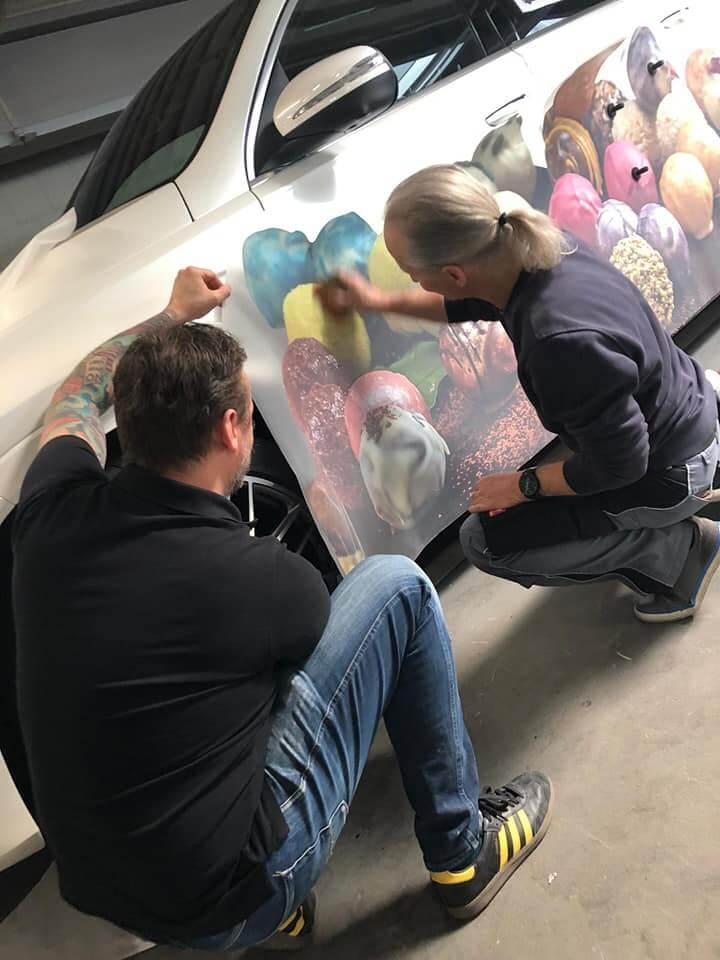 Mit Manfred Hunold von STEMA Nord bei der Folierung eines Fahrzeugs für eine Werbeaktion von Mercedes-Benz